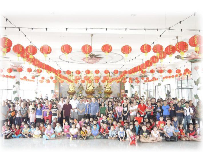 图示:古晋佛教居士林每年农历新年前皆分发红包及新年用 品予救济户。佛教新村布施大会后的大合照。
